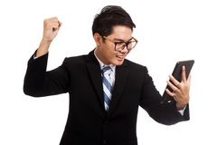 亚洲商人满意对与片剂个人计算机的成功 库存图片