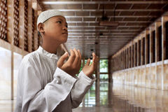 亚洲回教孩子祈祷 库存照片