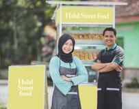 亚洲回教小食物摊位所有者 库存照片