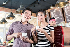 亚洲在咖啡店的夫妇饮用的热奶咖啡 库存照片