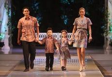 亚洲在时装表演r的家庭式样佩带的蜡染布 免版税库存图片