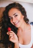 亚洲在混合模型纵向微笑微笑的草莓草莓妇女里面的河床碗白种人吃女性华美的愉快的健康藏品 库存照片