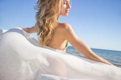 亚洲在纵向种族微笑的夏天阳光假期温暖的妇女之外的海滩白种人中国享用的女性女孩华美的愉快的笑的混合模型 免版税图库摄影