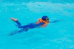 亚洲在水池的男孩游泳 免版税库存图片