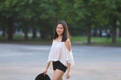 亚洲夏天帽子美好的女孩微笑 免版税库存照片