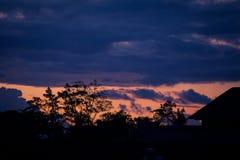 亚洲大厦剪影在背景天空的与在日落的云彩 免版税图库摄影