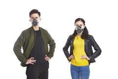 亚洲夫妇佩带的防毒面具 库存图片