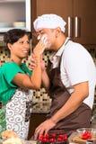 亚洲夫妇可可浆蛋糕在厨房里 库存照片