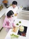 亚洲夫妇在厨房里 免版税库存照片