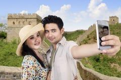 亚洲夫妇在长城中国拍照片 免版税图库摄影