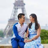 年轻亚洲夫妇有日期在艾菲尔铁塔附近,巴黎,法国 图库摄影