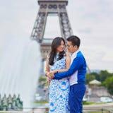 年轻亚洲夫妇有日期在艾菲尔铁塔附近,巴黎,法国 库存图片