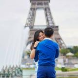 年轻亚洲夫妇有日期在艾菲尔铁塔附近,巴黎,法国 库存照片
