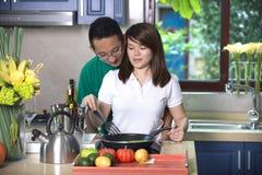 亚洲夫妇烹调 库存照片