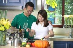 亚洲夫妇烹调 免版税图库摄影