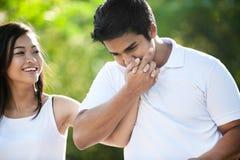亚洲夫妇递亲吻 免版税库存照片