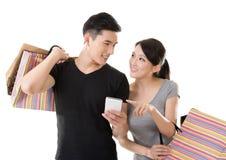亚洲夫妇购物 免版税库存图片