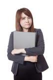 亚洲女勤杂工不快乐的举行在她的胳膊的一个文件夹 库存图片