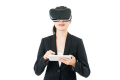 亚洲女商人用途数字式片剂控制VR玻璃 免版税图库摄影