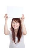 亚洲女孩举行空白标志顶上与两手 库存照片