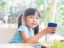 亚洲女孩儿童饮料一些水 库存照片