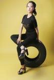 亚洲女孩和轮胎 图库摄影