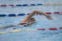 年轻亚洲女孩游泳自由式 图库摄影
