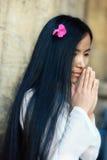 亚洲女孩祈祷 免版税库存图片