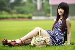 亚洲女孩草坪 免版税库存照片