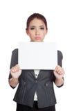 亚洲女实业家乏味举行一个空白的标志 免版税图库摄影