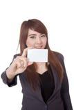 亚洲女实业家展示在卡片的一个空插件焦点 库存照片