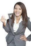 亚洲女实业家美好的年轻俏丽的姿态微笑的饮料 免版税库存照片
