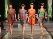 亚洲女性在时装表演跑道的模型佩带的蜡染布 免版税库存图片