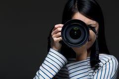 亚洲女性摄影师 免版税图库摄影