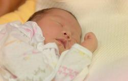 亚洲女性婴孩睡眠柔和的淡色彩 库存照片
