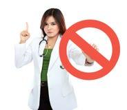 年轻亚洲女性医生藏品被禁止的标志 库存图片