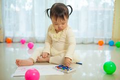亚洲女婴绘画 免版税库存照片