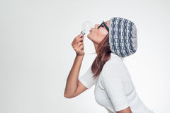 亚洲妇女亲吻 免版税库存照片