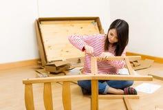 亚洲妇女使用撒布聚集的家具的司机 库存图片