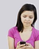 年轻亚洲妇女发短信 免版税库存照片