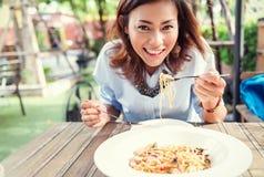 亚洲妇女吃可口, 免版税库存图片