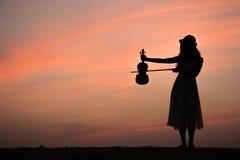 亚洲妇女戏剧小提琴剪影  免版税图库摄影