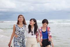 年轻亚洲妇女朋友小组松弛cacation画象  免版税库存照片