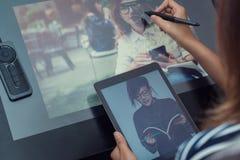 亚洲妇女照片使用电子工具 免版税库存照片