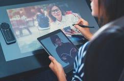 亚洲妇女照片使用电子工具 免版税图库摄影