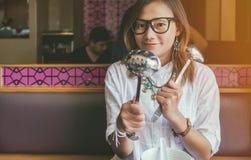 亚洲妇女看 免版税库存图片