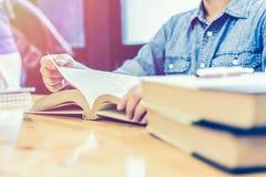 亚洲妇女阅读书在家 免版税图库摄影
