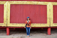 亚洲妇女画象有在曼德勒宫殿的木红色背景 库存图片
