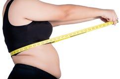 亚洲妇女` s超重腰部的特写镜头照片,她是measur 免版税库存图片