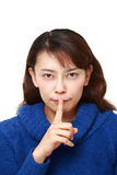 亚洲妇女whith沈默姿态 免版税库存图片